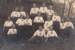 Carte Photo Originale Scolaire - Groupe De Filles En Uniforme Tee-shirt Et Pantalons En 1925, Homme Au Milieu - - Personnes Anonymes