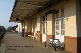 Gare D´Herchies - Berthecourt Côté Voies , Oise - Une Photo Reproduit Carte Postale  10x15 Cm. - Stazioni Senza Treni