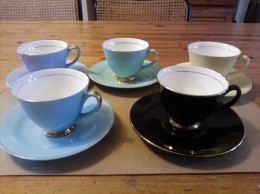 Vijf Mooie Kleurige Kopjes Met Bordjes, Goudrand, Gebruikt, Jaren 60 - Cups