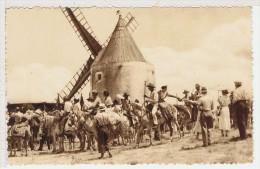 13FON- FONTVIELLE-en-PROVENCE - Gardians Et Provençales Au Moulin De Daudet - Fontvieille