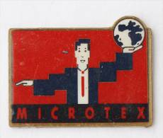 Pin's  MICROTEX - Homme Tenant Le Monde Dans Sa Main - F109 - Informatique