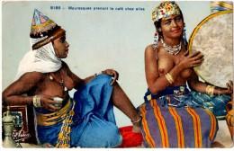 AFRIQUE. MAURESQUES PRENANT LE CAFE CHEZ ELLES. 1945. - Africa