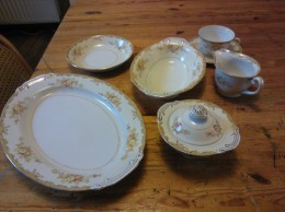 Sono China, Made In Japan, Oud, 35 Stuks, Kopjes,bordjes,soepbord,ovalen Schaal,ovale Kom, Suikerpot Met Deksel, Melkkan - Ceramics & Pottery