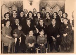 Photo Originale Famille - Groupe Familial Posant Au Côtés De Deux Anciens - Anniversaire De Mariage - - Personnes Anonymes