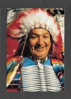 INDIENS DU QUÉBEC - CÔTE NORD - ODANAK GRAND CHEF EN COSTUME DE FÊTE - PHOTO  PHILLIPPE RENAUD - Indiens De L'Amerique Du Nord