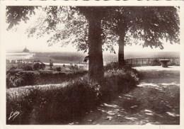 50 - Avranches - Le Jardin Public Et Vue Sur La Baie Du Mont St Michel. 1947 - Avranches