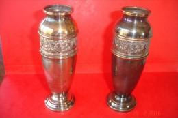 Paire De Petits Vases Métal Argenté.Décor Frise Style Louis XV.H:14 Cms Base:4,5 Cms.Années 30. - Plata