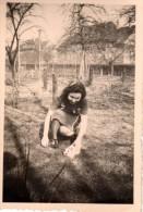 Photo Originale Animaux - Lapin - Jeune Femme Et Lapereau Dans Le Jardin - - Personnes Anonymes