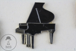 Black Colour Piano Pin Badge  #PLS - Música