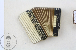 Black & White Accordion Pin Badge  #PLS - Música