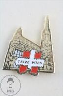 Taizé Wien Church Golden Colour Pin Badge  #PLS - Ciudades
