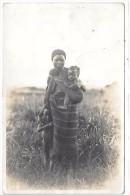AFRIQUE - Africaine Avec Ses Deux Enfants - CARTE PHOTO - Cartes Postales