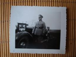 Original-Foto, Soldat Mit Auto, Orden(EK2, Friedrich August Kreuz 1. Kl., Verwundetenabz.) ., Größe Ca. 7,0 Cm X 6,0 Cm - 1939-45