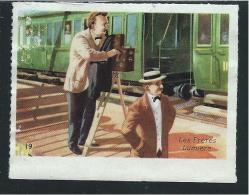 Les Frères LUMIERE Cinéma Chromo/image De La Caisse D'Épargne Didactique Au Dos 65x50 Mm TB Illustration De Bentegeat - Trade Cards