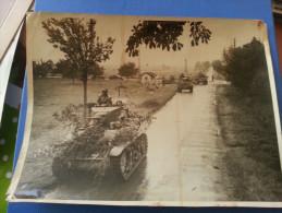 PHOTO PRESSE WW2 CHAR AMERICAIN JEEP WILLIS MG 42 A UN CARREFOUR CIRCA 1945 RECORD PARIS - Guerre, Militaire