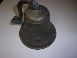 Tres Belle Cloche En  Bronze  Haut 19.5  X 22 Cm  Dessin 2  Anges  Poids 1.55 Kg - Cloches