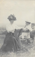 Jeune Femme Avec Chapeau Sur Un Banc - Photo R. Guilleminot - Vrouwen