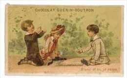 CHROMO CHOCOLAT GUERIN BOUTRON ENFANTS JUANT AUX DOMINOS BLANC ET AS JE PASSE - Guérin-Boutron