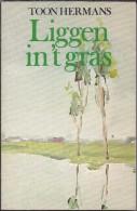 NL.- Boek. Liggen In 't Gras Door Toon Hermans. 2 Scans - Poésie