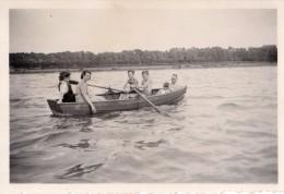 Photo Originale Barque - Promenade En Barque En Famille - Les Enfants Rament - Barque En Bois - Lac - - Schiffe