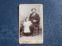 Photo CDV  Duburguet à Niort  Homme Assis Avec Une Fillette Et Un Chien Tenant Une Cigarette - Circa 1890 - L244B - Photographs