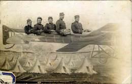 MILITARIA CARTE PHOTO SURREALISME MILITAIRES EN AVION SURVOLANT UN CAMP - Photographs