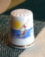 THIMBLES - DÉ À COUDRE EN PORCELAINE - SURF À TORREMOLINOS - - Dés à Coudre