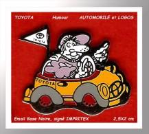 SUPER Et SYMPA PIN´S TOYOTA : Chauffeur Dans Sa TOYOTA, Visuel HUMOUR En Bal émail Base Noire Signé IMPRITEX - Toyota