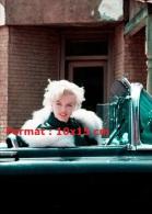 Photographie De Marilyn Monroe Avec Un Renard Blanc Autour Du Cou Assise Dans Une Voiture Décapotable - Reproductions