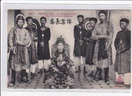 ViETNAM : ANNAM : Le Jeune Empereur Du-tham Et Qson Entourage - Tres Bon Etat - Vietnam