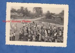 Photo Ancienne Snapshot - DOUALA , Cameroun - Un Jour De Fête - Femme & Homme En Costume - Africa - Afrique