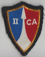 Ecusson Tissu Du IIème Corps D'Armée Tissus épais Trois Agrafes En Haut Une En Bas - Blazoenen (textiel)