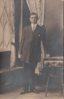 Real Photo - Unidentified Man - Homme Non Identifié - 2 Scans - Photo Portelance Farnham & Granby - Cartes Postales