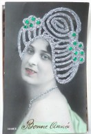 Photo GGC° 2129/4  Portrait Profil Femme Coiffe Fete Catherine Decor Tete Ajoutis PIERRE Verte Strass Et Paillettes - Santa Catalina