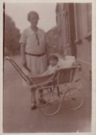 Photo Originale Landau & Poussette - Femme Et Enfant Dans Landau Vers 1930 - Objetos