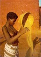 VÖLKERKUNDE / ETHNIC - Haute Volta, Jeune Fille Passant Le Mil Au Tamis - Burkina Faso