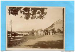 Indochine -photo-originale-en 1910- Promenade Au Village De Thot Thuot ? -groupe De Colons Sur Les Quais - Viêt-Nam
