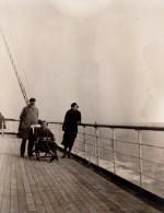 Photo Originale Navire - 7 Avril 1934 à Bord Du Prince Léopold - Fauteuil Sur Le Pont - Personnes Identifiées Au Dos
