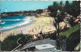 BIARRITZ - 64 -     Carte Couleur - La Grande Plage - Le Phare - Un Enfant Sur La Terrasse - ENCH1202 - - Biarritz