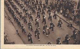 C P A  - VICHY   La  Musique      Défile Dans Les Rue  E VICHY  Chantiers De La Jeunesse - Vichy