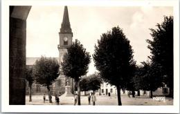 56 CLEGUEREC -- L'église Et La Place