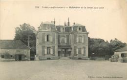 Voisins Le Bretonneux  Habitation De La Ferme, Côté Cour - France