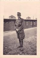 PHOTO MILITAIRE WW2 Guerre @ Officier Allemand Dans Un Camp - Barraquements - Guerre, Militaire