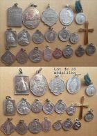 Mada-724 Lot De 20 Médailles Religieuses La Majorité En Alu - Religione & Esoterismo