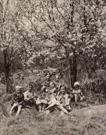 Photo Originale Enfant - Groupe D'enfant Dans La Nature Sous Arbre En Fleurs - Personnes Anonymes