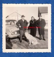 Photo Ancienne Snapshot - Homme , Femme & Chien Devant Belle Automobile - Simca Chambord ? - Pipe Mode Vintage Mode - Automobiles