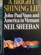 LIVRE AMERICAIN A BRIGHT SHINNING LIE JOHN PAUL VANN AND AMERICA IN VIETNAM BY NEIL SHEEHAN ANNEE 1988 850 PAGES - Livres, BD, Revues