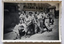 Petite Photo 87x62mm  Peugeot 202 Cachée Par Les Soldats à Lyon Mai 1942 - Guerre, Militaire