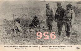 CPA * * Tirailleurs Marocains Soignant Un Blessé Allemand Près De VILLEROY * *  - Guerre 1914 - Guerra 1914-18