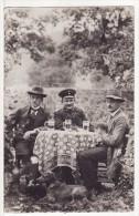 Carte Photo Militaire Allemand Table Nappe Verre à Bière-Chope-Chien-Animaux- A SITUER A LOCALISER ?? - Personaggi